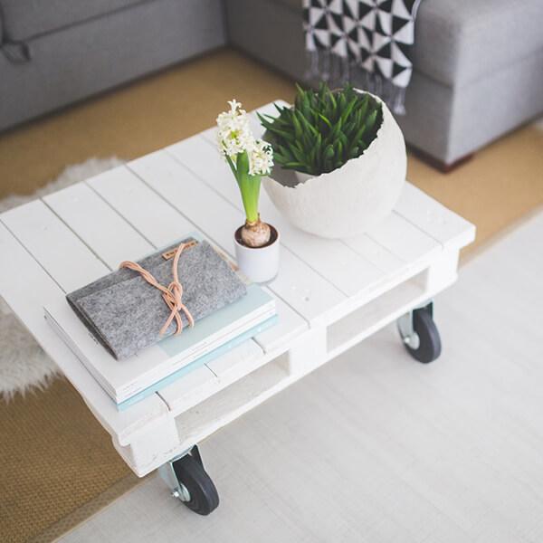 Wohnzimmer mit weißem Tisch